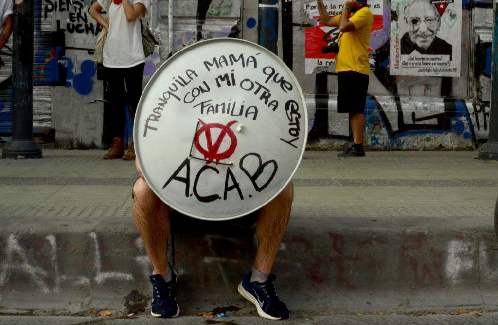 Cuadro de texto: Manifestante al comienzo de una protesta en Plaza Dignidad, enero 2020.