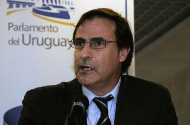 Foto de Álvaro Garcé con un micrófono
