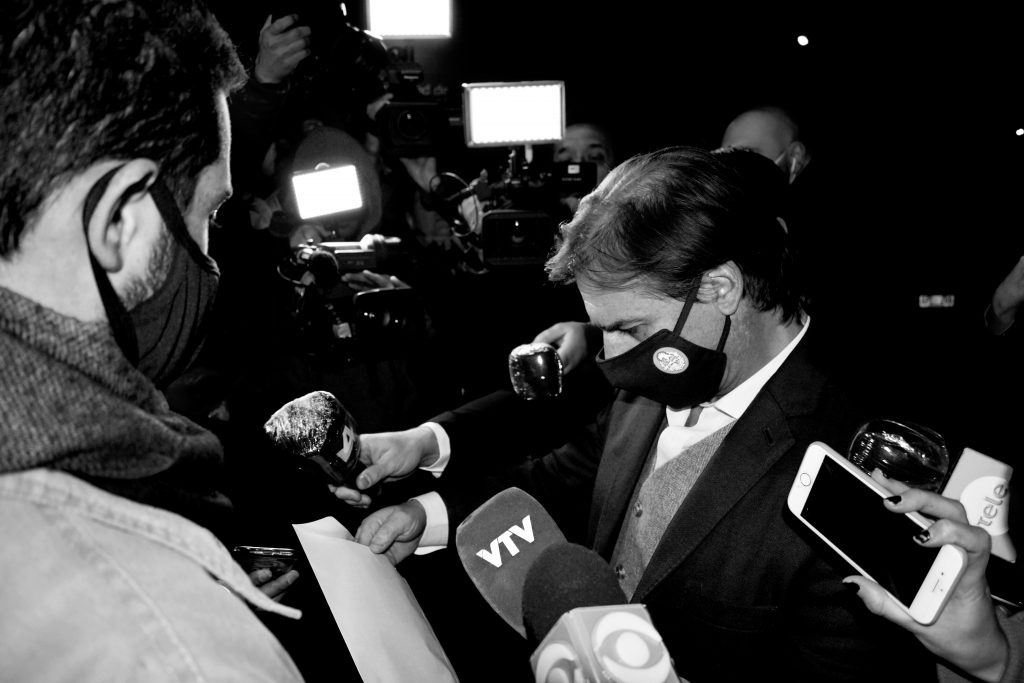 Luis Lacalle Pou antes de ingresar a la FIC. Foto: Fabián Correa. 12/08/20.