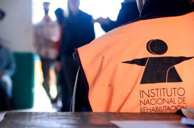 Persona con un chaleco del Instituto Nacional de Rehabilitación