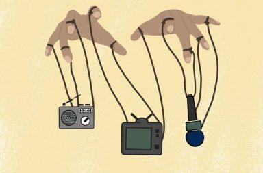 Dos manos agarrando a una radio, una tele y un micrófono como si fueran títeres